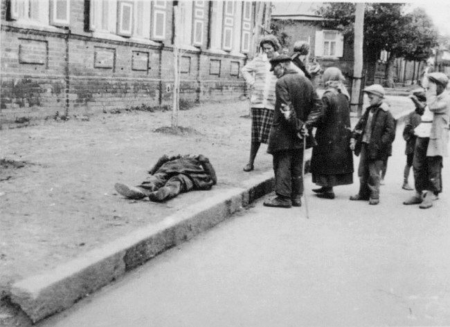 Transeuntes observam vítima do Holodomor, 1933. Fotografia: Alexander Wienerberger.