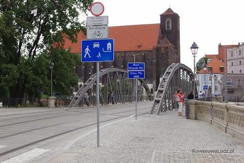 """Nie ma wątpliwości kto może wjechać. Dodatkowo znak """"strefa zamieszkania"""" daje pierwszeństwo pieszym i rowerzystom.  Da się!"""
