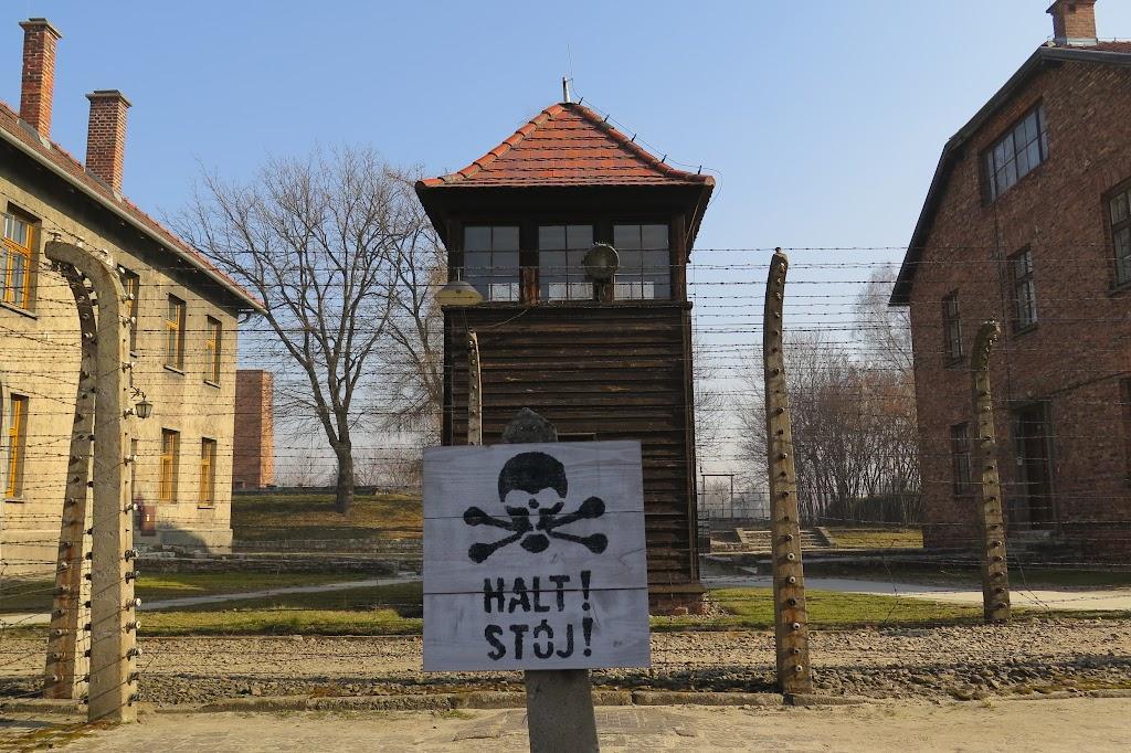 Die Szenerie in Auschwitz wirkt auch heute noch bedrohlich