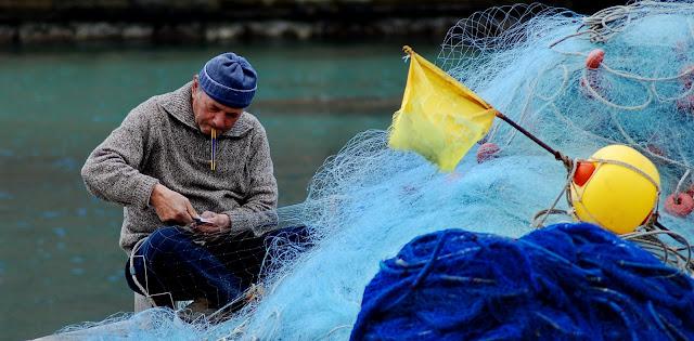 Vincenzo gaballo la riparazione della rete da pesca for Rete da pesca arredamento