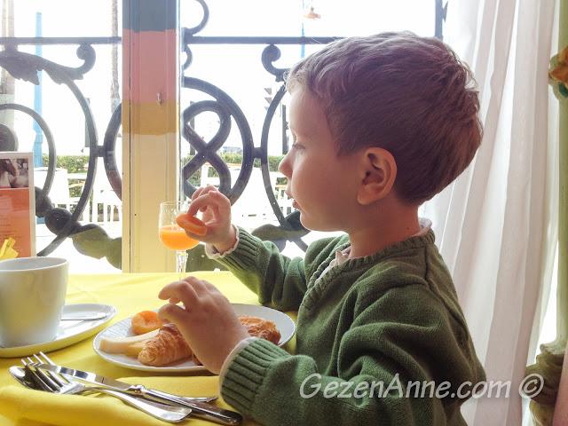 oğlum La Rotonde'de kahvaltı ederken, Le Negresco Nice