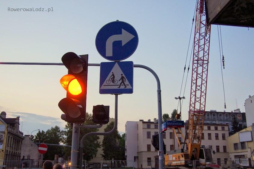 Skrzyżowanie ul. Gdańskiej z al. Mickiewicza. Wszystkie znaki informują o przejeździe rowerowym, jednak sygnalizator dla rowerzystów został zakryty.