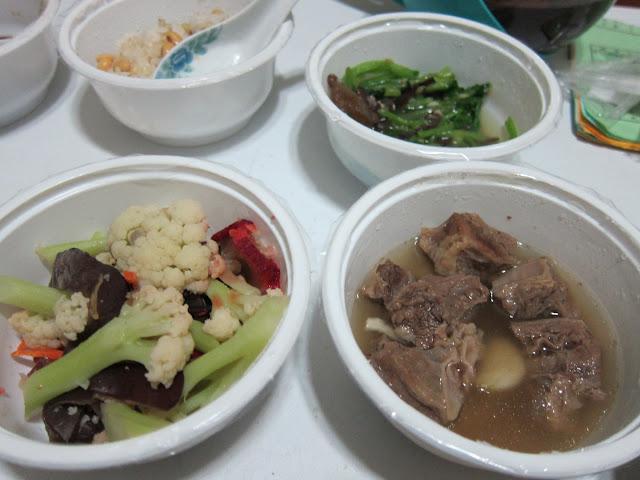黃豆飯、叉燒炒白花菜(加紅蘿蔔)、蒜頭燉牛肉、黑木耳炒青菜