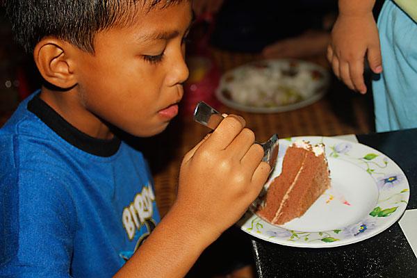 abang ngah makan kek hari lahir