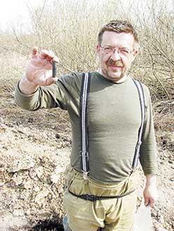 Самой большой удачей поисковика является обнаружение солдатского медальона, который держит в руках Сергей Кондратцев