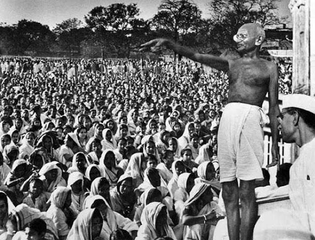 Mahatma Gandhi (1869-1948) có tên thật là Mohandas Karamchand Gandhi.
