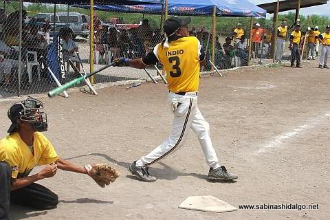 Rosendo Torres de Panteras en el softbol del Club Sertoma