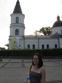 Plakat z papieżem na kościele w Suwałkach