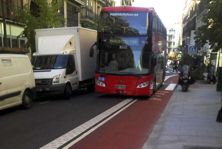 El carril a contrasentido cuanto pasan autobuses