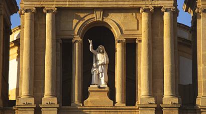 Sizilien - Die untergehende Sonne bescheint die Basilica Soluntina di Sant'Anna in Santa Flavia.