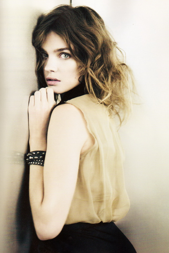 Natalia Vodianova Nice Pose Image Wallpaper For iPhone 4