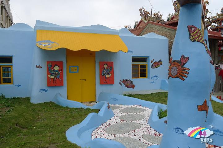 口湖-彩繪美化出成龍集會所與蛤寶屋 對比附近的安龍宮