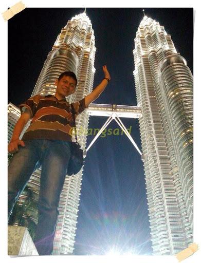 Kemegahan Menara Kembar Petronas di malam hari