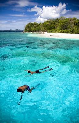 Snorklanje v morju turkizne barve