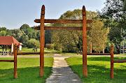 Bárdudvarnok faragott kapuoszlopok a Petörke tó partján