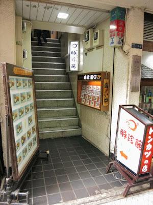 2Fのお店へとのびる狭い階段