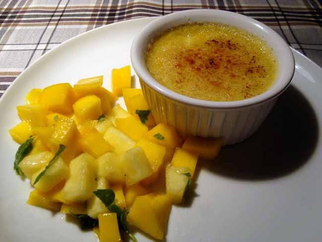 Oksekød i grøn karry, spinat med vandkastanjer samt kokos crème brulée med mango-ananassalat