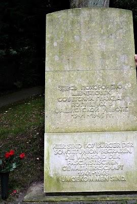 Gedenkstein mit russischer und deutscher Inschrift: »Hier sind 507 Bürger der Sowjetunion begraben, die während der faschistischen Gewaltherrschaft 1941–1945 umgekommen sind.«.