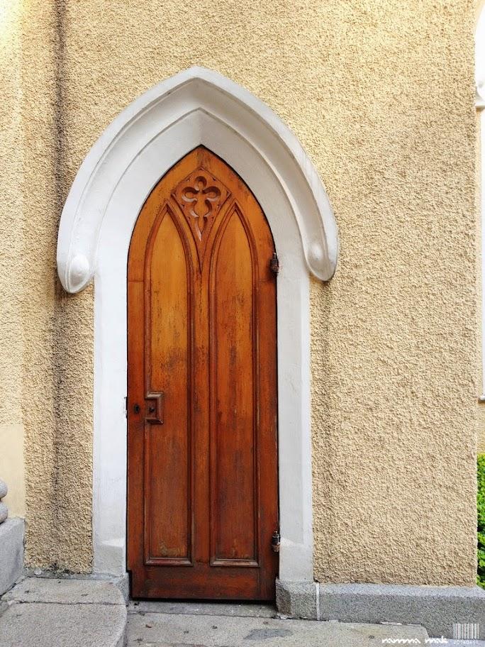 座堂外有好幾道小門,也可見牆身的粗糙。