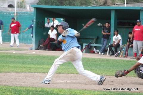 Gabriel Garza bateando por Cerveceros en el beisbol municipal