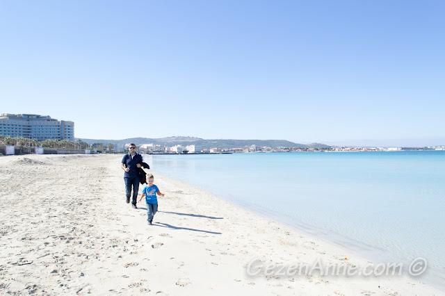 Ilıca Plajı'nda deniz kıyısında koşarken, Çeşme İzmir