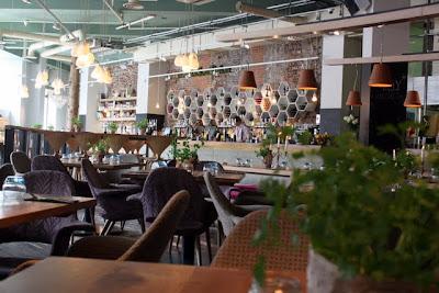 英国伦敦愚蠢酒吧和餐厅的桌子