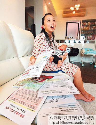 剛生了 BB的 Carrie手持滙豐強積金的賬單,發現去年共供兩萬,但大蝕一萬,變相白供半年,她說一萬元可買三十三罐奶粉了。(林志謙攝)