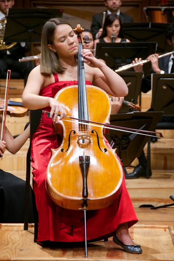 La joven María Vannesa Ascanio mostró su alto nivel académico en la ejecución del Concierto para Cello y Orquesta en La Menor, de Robert Schumann