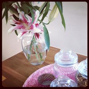 Det doftar blommor i hela vårt lilla hus