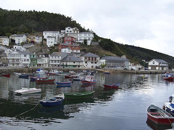 Pequeño puerto pesquero asturiano