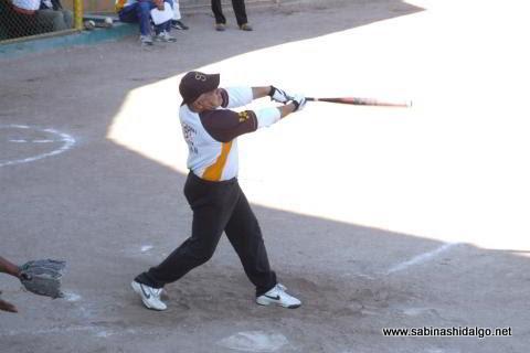 Oscar González de Hipertensos en el softbol de veteranos