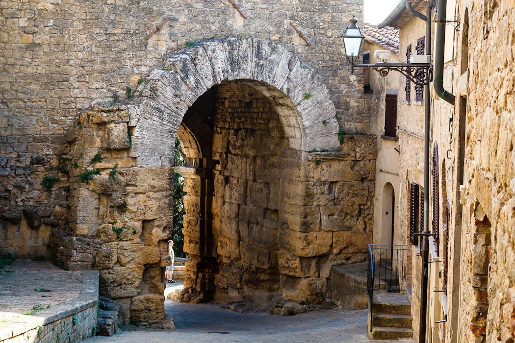 отправились к древним Арочным воротам (Porta all′Arco)