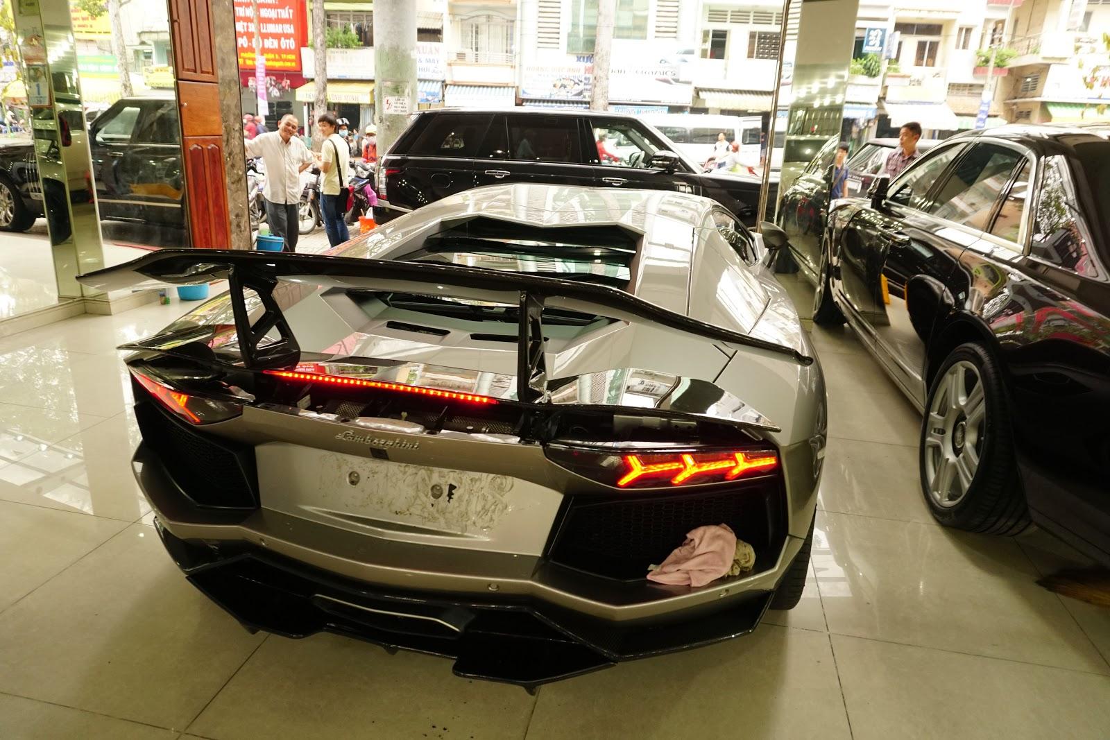 Đuôi xe được đắp...quá nhiều carbon, trông hầm hố, thể thao và đậm chất đua