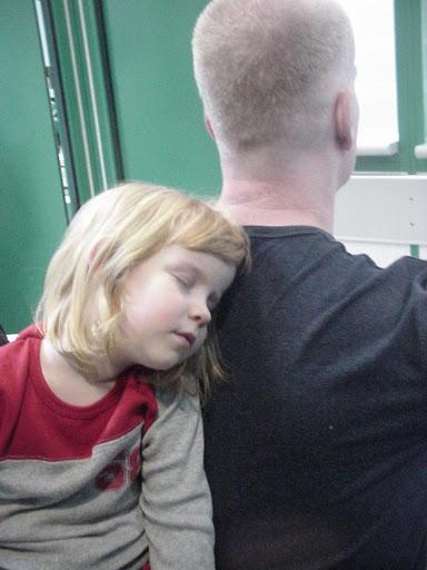 עם אבא, אחרי טיסה ארוכה