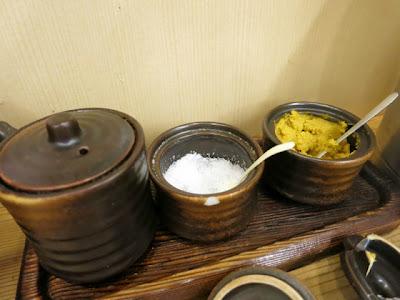 卓上の塩とカラシ