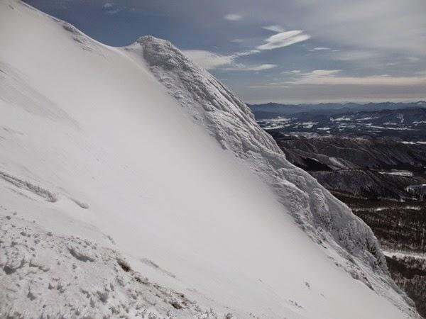 一ノ沢右岸の岩峰も今は氷に覆われていた