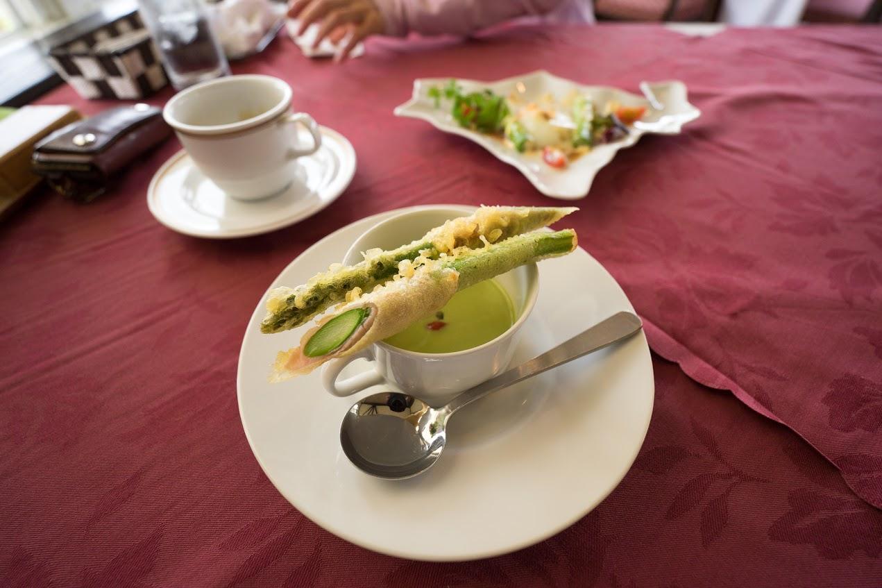アスパラの冷製スープ(じゅんさいトッピング) アスパラ生ハム巻きフリット添え