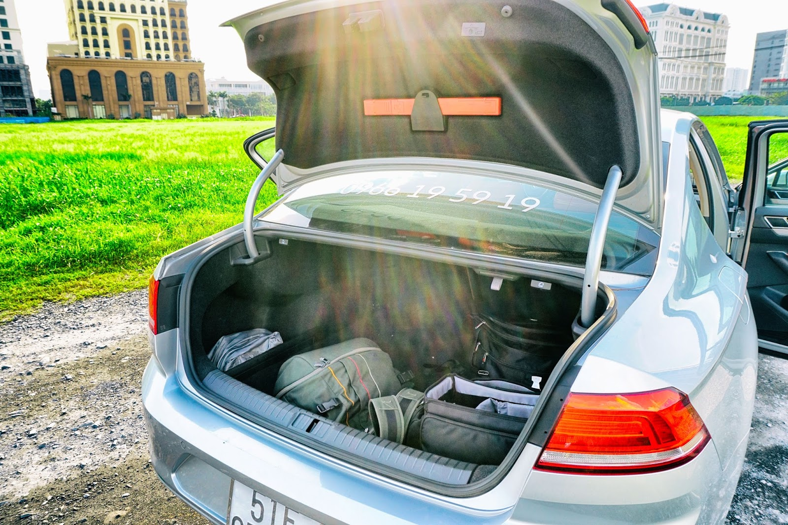 Cốp hành lý chỉnh điện, điều khiển bằng chìa khóa thông minh, rất rộng rãi