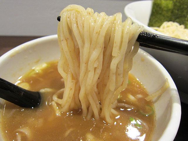 つけ汁はわりとサラリとした感じで細麺に絡んでます