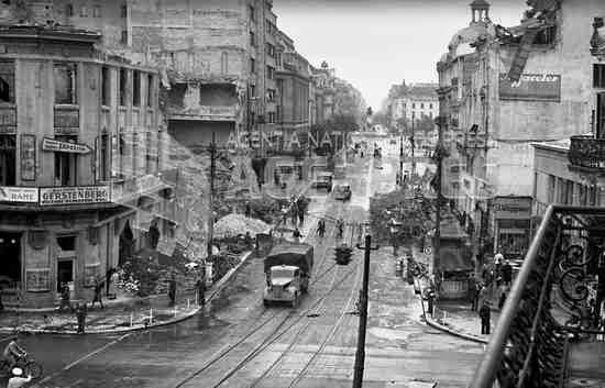 Clădire bombardată din București, de pe actualul bulevard Elisabeta la intersecția cu Calea Victoriei