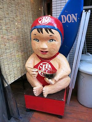 店頭に置かれた人形「マルハくん」