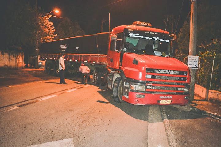 Caminhão quebra e fica 11 horas parado em São Roque