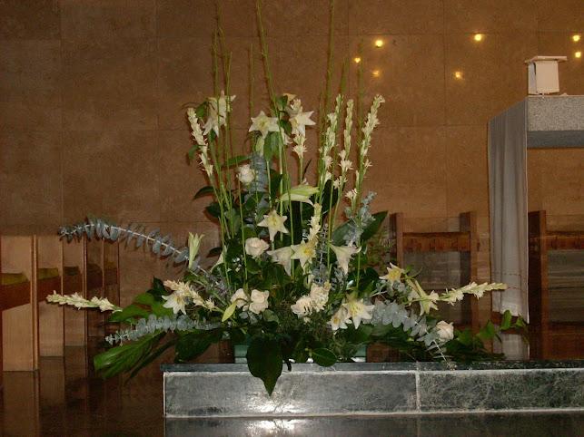 Gran centro de flores blancas.