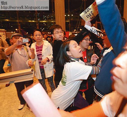 繼而動武,突然推撞一名反梁的示威者。