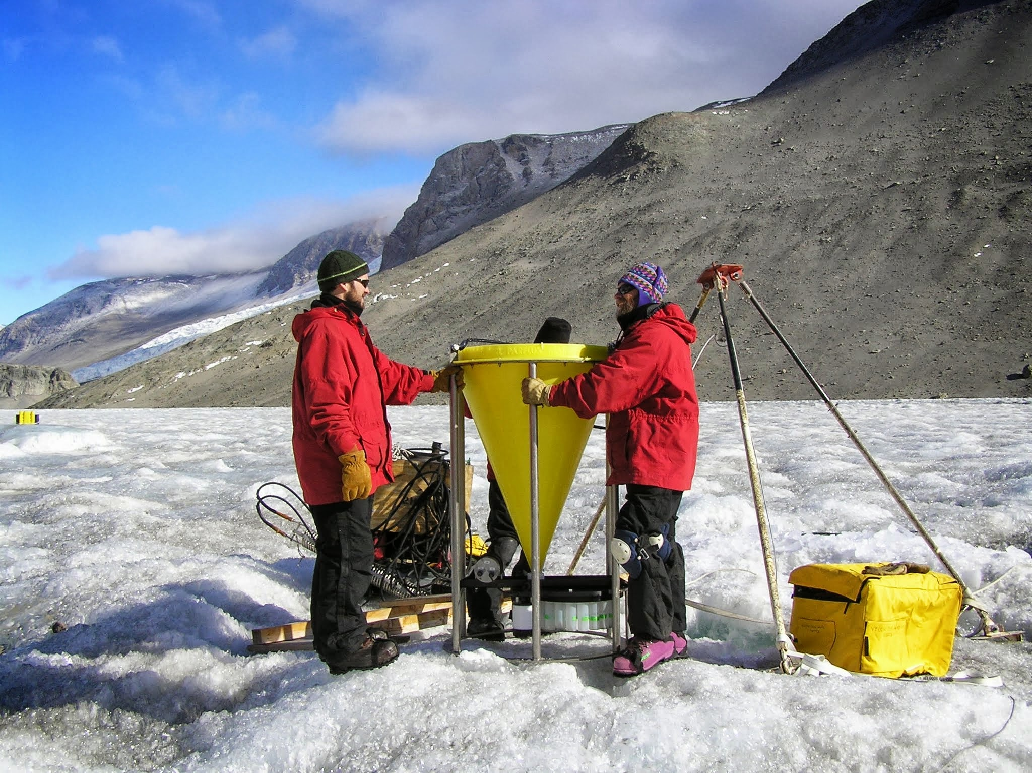 Joel Moore and Ed Adams prepare the McLane sediment trap for deployment in Lake Bonney, 2005.