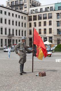 Svega ima u Berlinu, čak i ruskih vojnika s kojima se može slikati