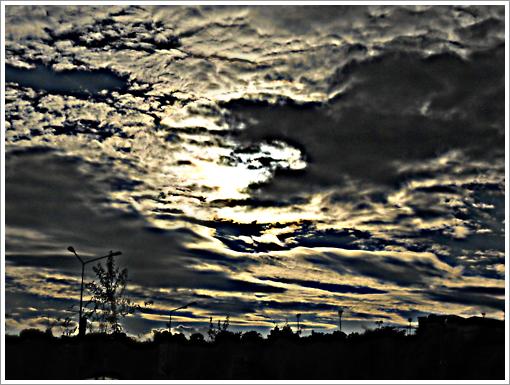 Bulan disebalik awan - HDR