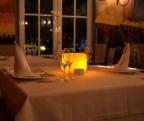 【悲報】ブサイクはレストランで奥の席に案内されることが判明・・・