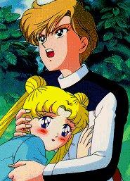 Haruka håller om Usagi som rodnar