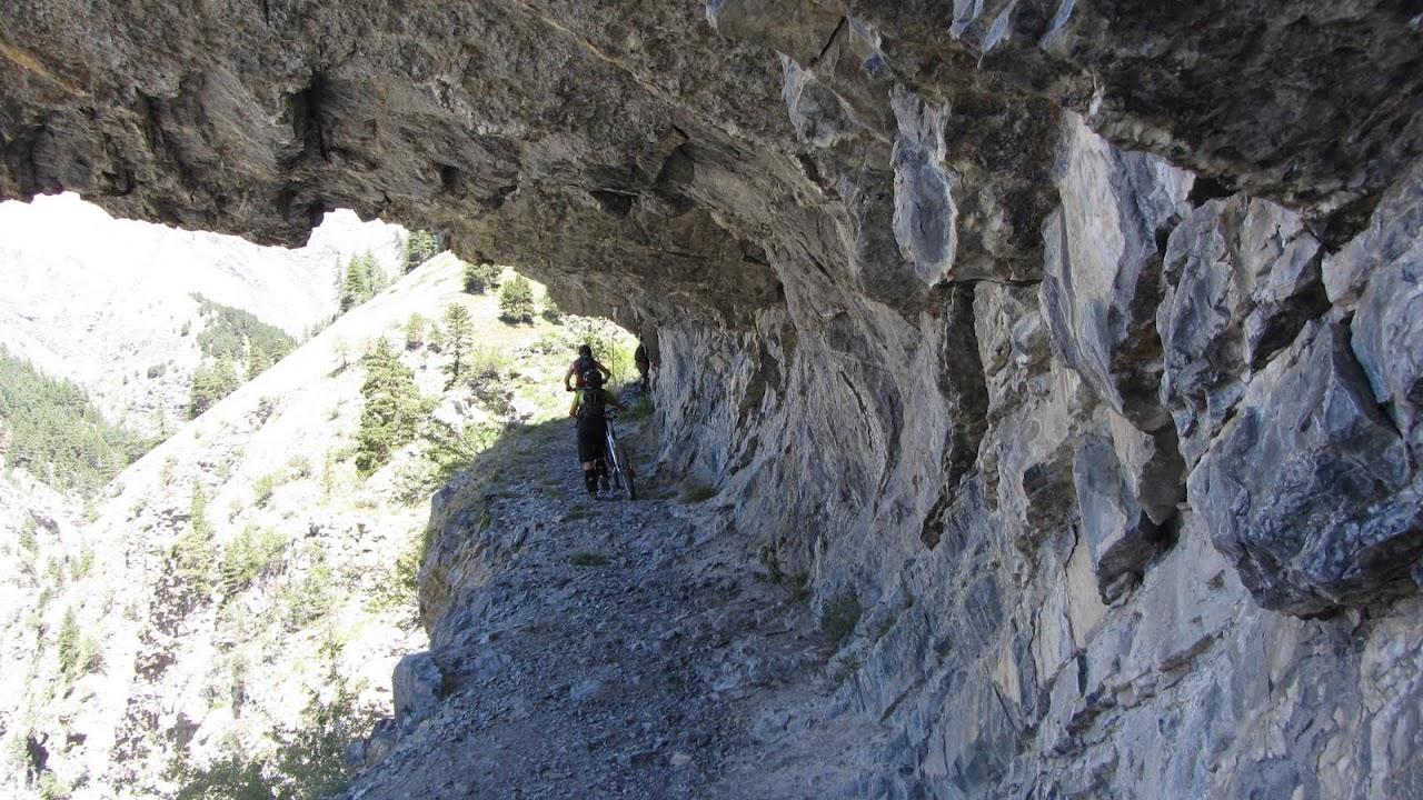 Passage taillé dans la roche sur le GR 52